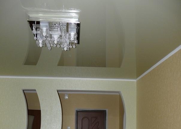 Натяжные потолки с обоями светлыми