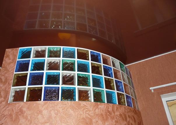 Натяжные потолки разноцветные стены