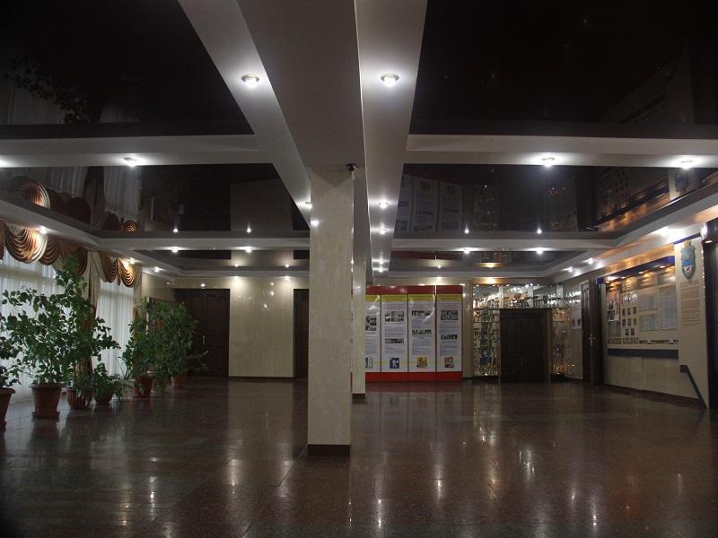 объекты потолок лаковый в помещении